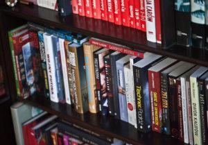 Bücherregale richtig sortieren | Blog – guenstigeinrichten.de