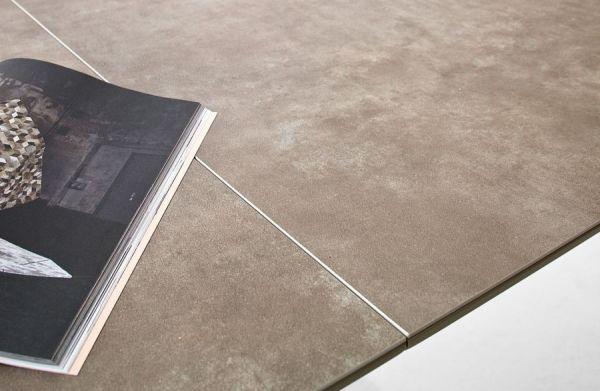 Esstisch Leandro in matt Taupe echt Lack mit Keramik-Tischplatte in Taupe Säulentisch ausziehbar 180 / 230 x 95 cm
