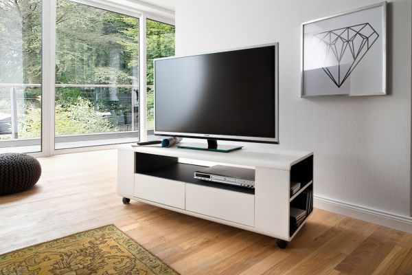 TV-Lowboard Chessey in weiß matt mit Anthrazit Fernsehtisch auf Rollen 119 x 46 cm