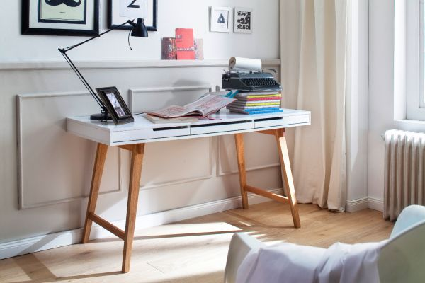 Schreibtisch Anneke in matt weiß lackiert und Massivholz für Homeoffice und Büro 140 x 58 cm