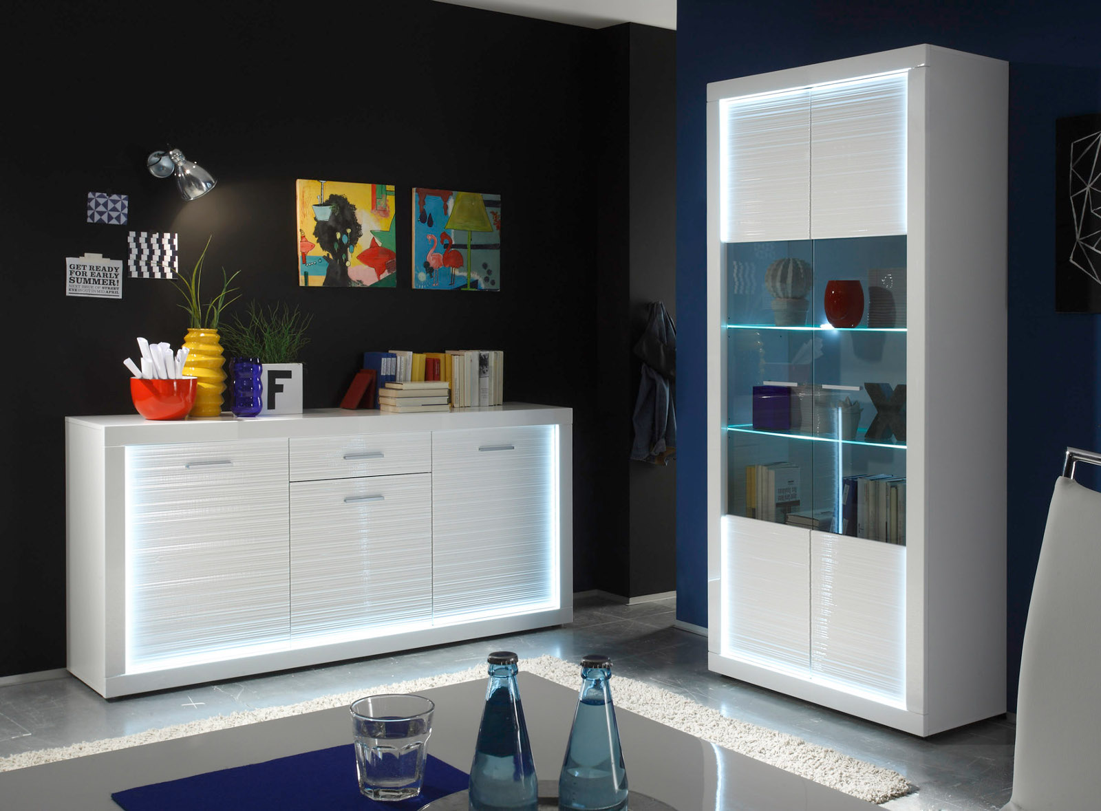 vitrinenschrank wei hochglanz rillenoptik mit led. Black Bedroom Furniture Sets. Home Design Ideas