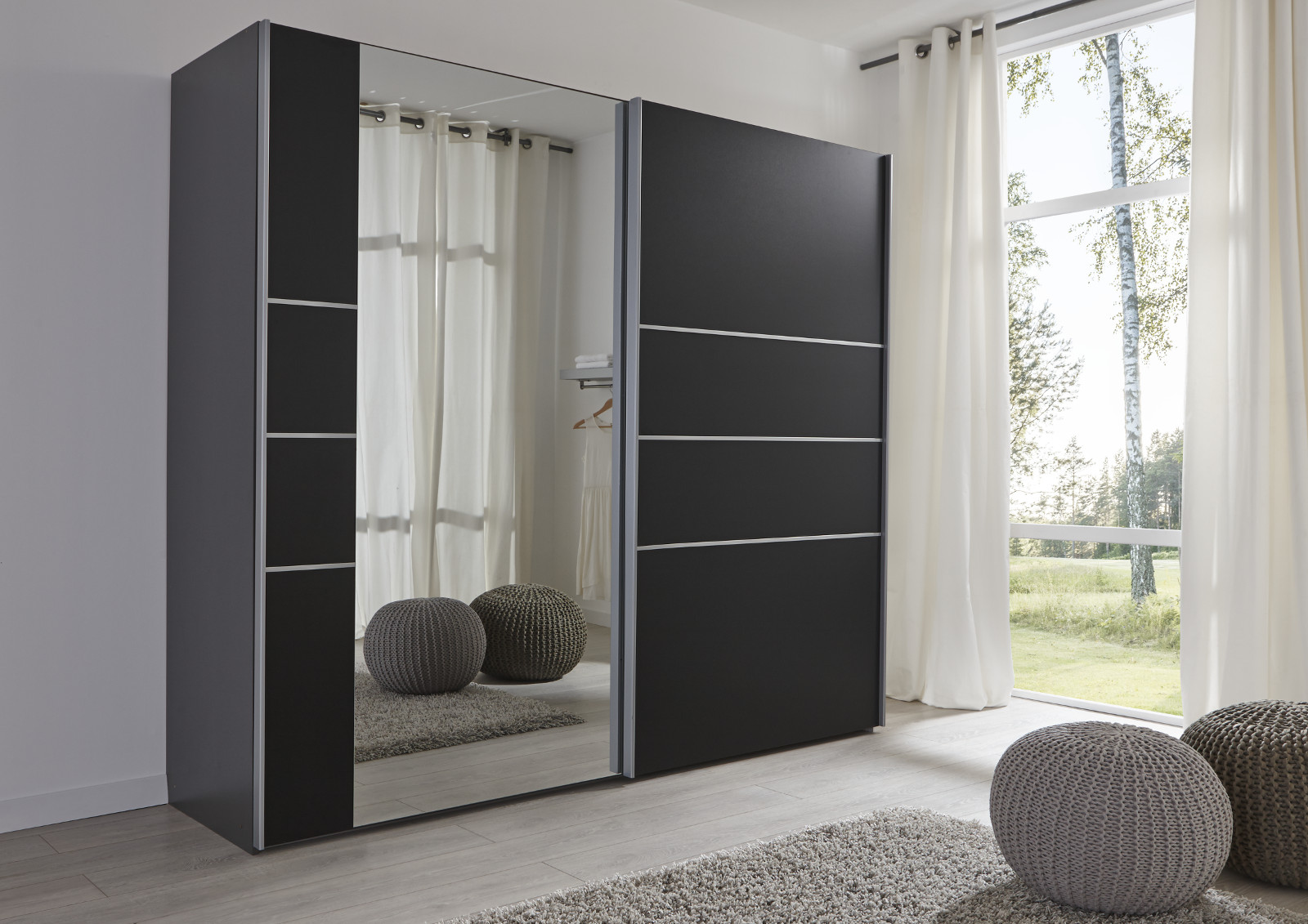 schwebet renschrank kleiderschrank schwarz spiegel. Black Bedroom Furniture Sets. Home Design Ideas