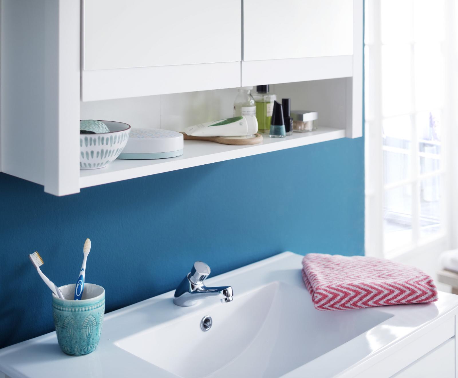spiegelschrank ole in wei inkl led aufsatzleuchte. Black Bedroom Furniture Sets. Home Design Ideas